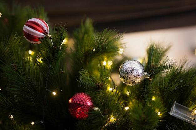 Reeks kleurrijke kerstballen