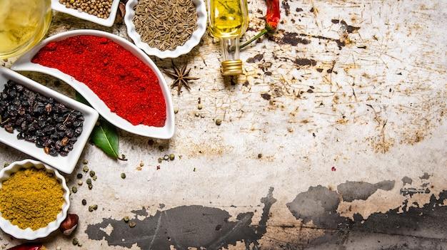 Reeks kleurrijke kruiden en specerijen. op de rustieke achtergrond. vrije ruimte voor tekst. bovenaanzicht