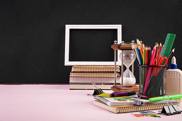 Reeks kleurrijke schoolbenodigdheden, boeken en notitieboekjes. accessoires voor briefpapier.