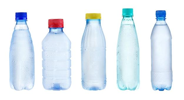 Reeks met plastic flessen geïsoleerd water