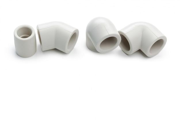 Reeks metaal-plastic sanitairkoppelingen, adapters, stoppen geïsoleerd op wit