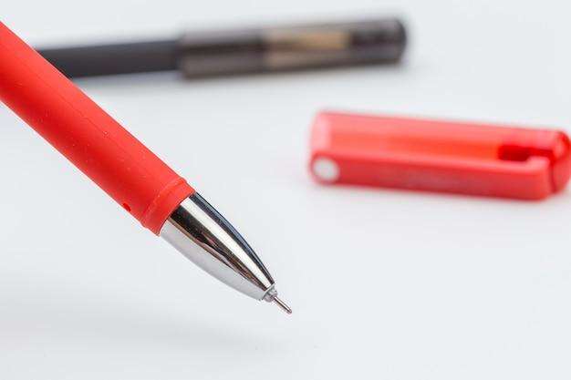 Reeks pennen op wit wordt geïsoleerd dat
