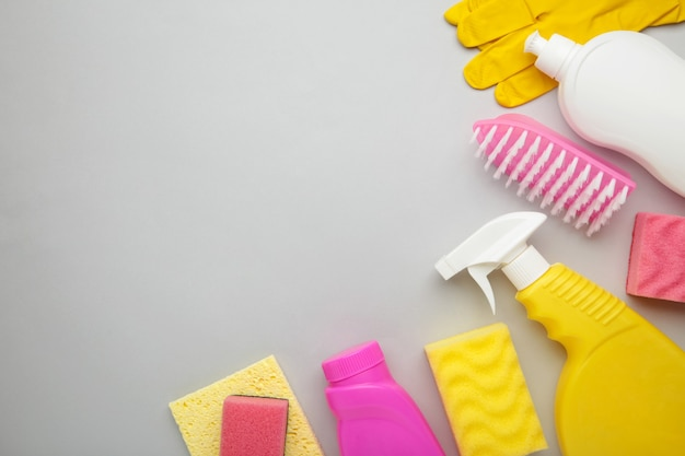 Reeks schoonmakende hulpmiddelen op grijs.