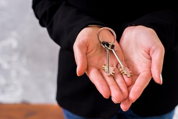 Reeks sleutels in handenclose-up
