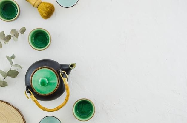 Reeks van aziatisch aftreksel met theeborstel die op witte achtergrond wordt geïsoleerd