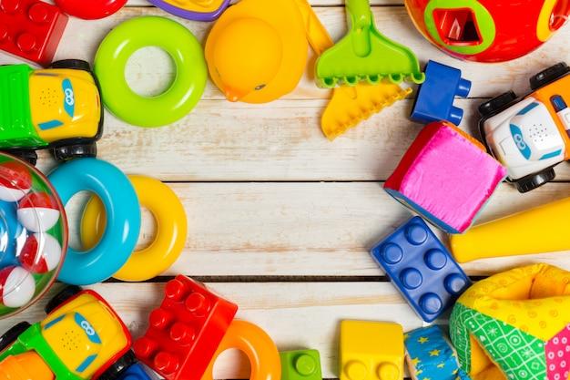 Reeks van het kader van het kinderenspeelgoed op houten achtergrond
