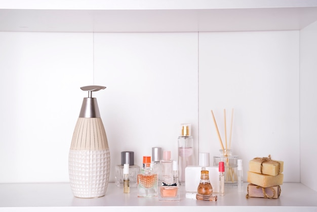 Reeks van verschillende vrouwenparfums geïsoleerde o witte achtergrond. aromatherapy spa-set