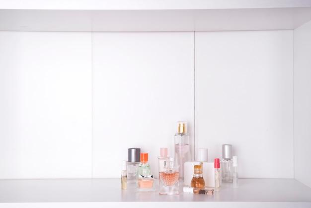 Reeks van verschillende vrouwenparfums geïsoleerde o witte achtergrond.
