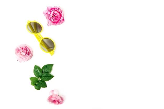Reeks wilde roze rozenbladeren en gele geïsoleerde manierzonnebril
