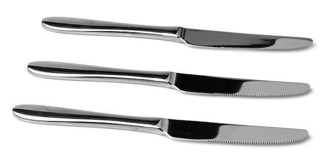 Reeks zilveren het dineren messen die op wit wordt geïsoleerd