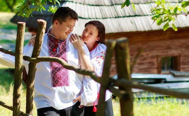 Reeksen oekraïense traditionele kronen tegen de bladerenachtergrond