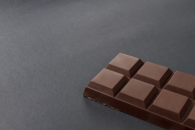 Reep chocolade op een zwarte achtergrond