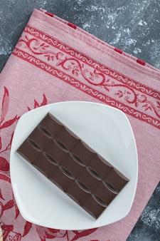 Reep heerlijke chocolade op een witte plaat.