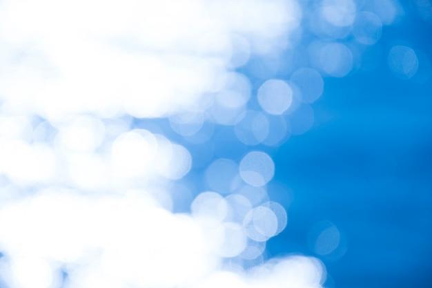 Reflectie licht op blauwe zee defocused abstracte lichten. bokeh lichten.