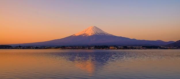 Reflectie van fuji berg met sneeuw afgetopt in de ochtend zonsopgang