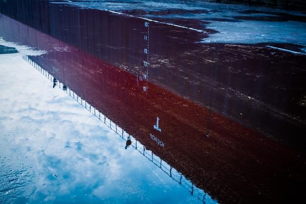 Reflectie van gebouw in plas