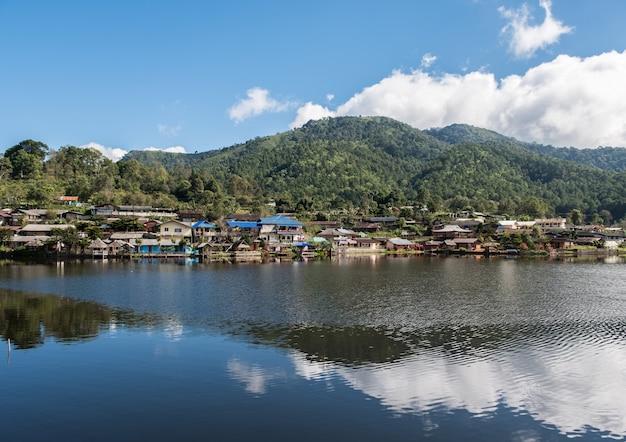 Reflectie van het kleine stuwmeer in het plattelandsdorp.