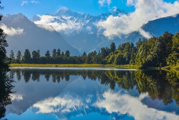 Reflectie van lake matheson, zuidereiland, nieuw-zeeland