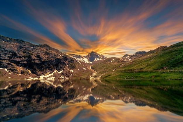 Reflectiefoto van bomen en bergen