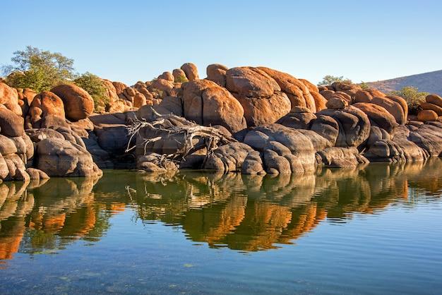 Reflecties in watson lake in de buurt van prescott, arizona
