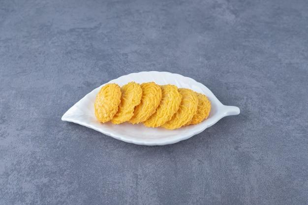 Regeling koekje op een bord op marmeren tafel.