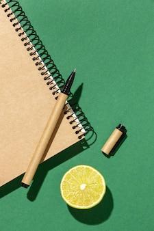 Regeling met briefpapierelementen en fruit