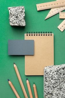 Regeling met briefpapierelementen op groene achtergrond