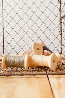 Regeling met draad en houten tafel