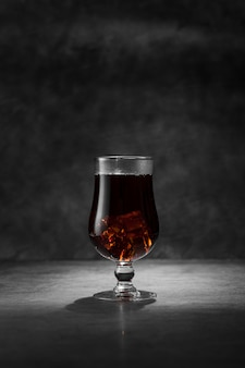 Regeling met drank en gipspleisterachtergrond