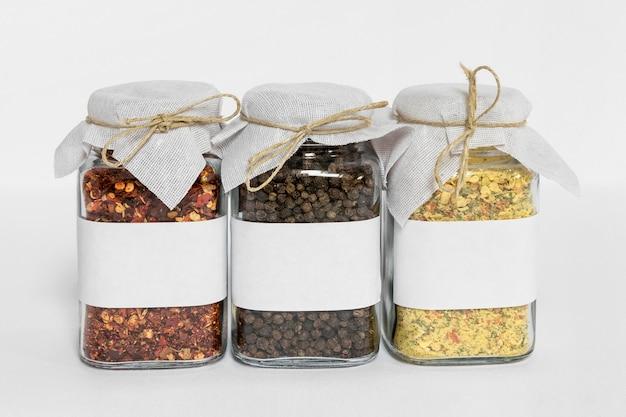 Regeling met geëtiketteerde kruidenpotten