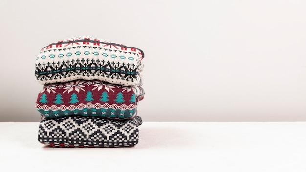 Regeling met gevouwen sweaters en witte achtergrond