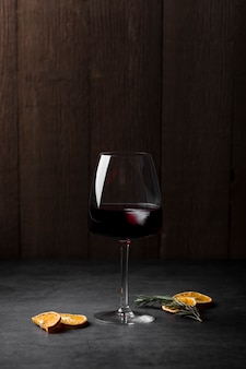 Regeling met glas wijn en stukjes sinaasappel