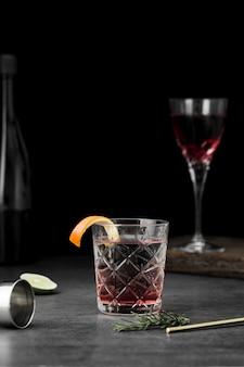 Regeling met glazen drank en sinaasappelplak
