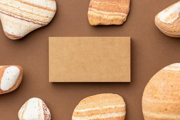 Regeling met kantoorbehoeftenelementen op bruin