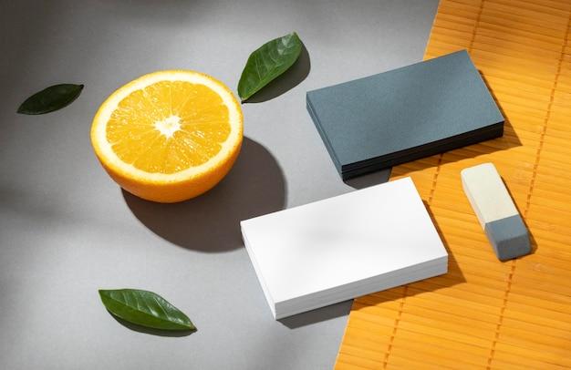 Regeling met kantoorbehoeftenelementen op sinaasappel