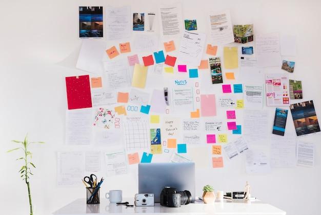 Regeling met laptop en notities over de muur