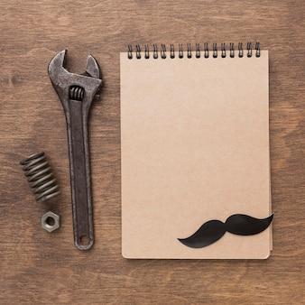 Regeling met notebook en gereedschap