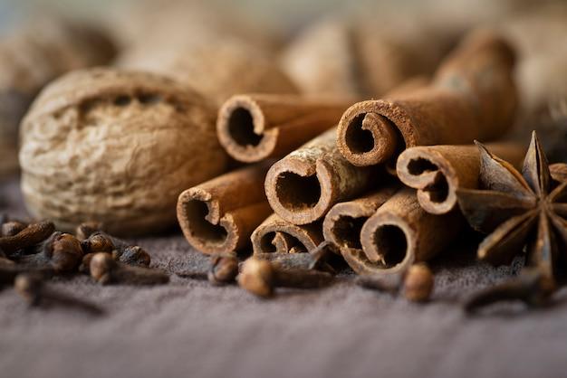 Regeling met noten en kaneelstokjes