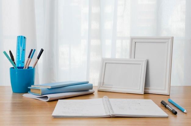 Regeling met notitieboekje op bureau