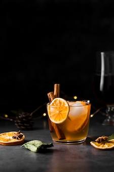 Regeling met sinaasappelplak en smakelijke drank