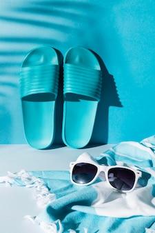 Regeling met slippers en zonnebril