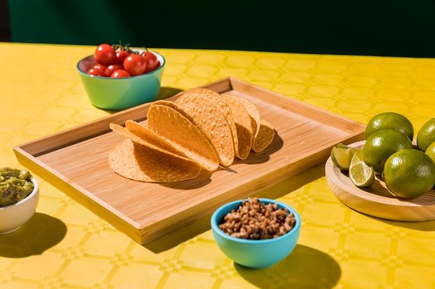 Regeling met tortilla's op dienblad