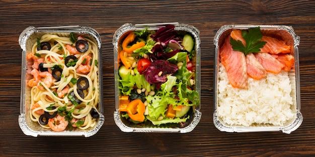 Regeling met verschillende voedingsmiddelen op een houten tafel