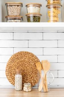 Regeling met voedsel en houten gereedschap
