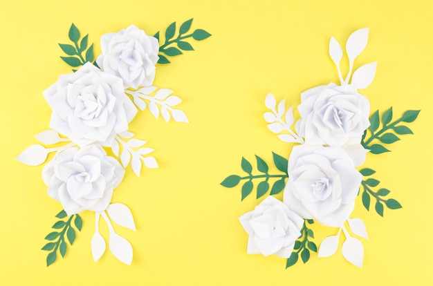 Regeling met witte bloemen en gele achtergrond