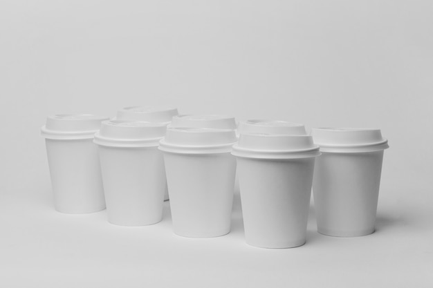 Regeling met witte kopjes en doppen