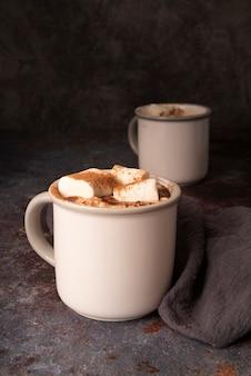 Regeling met witte mokken en marshmallows