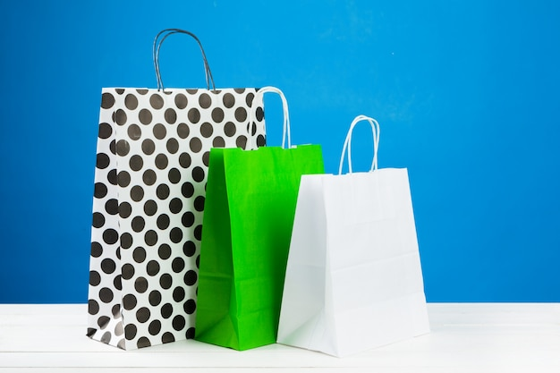 Regeling van boodschappentassen op blauwe achtergrond