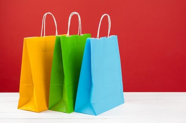 Regeling van boodschappentassen op rode achtergrond