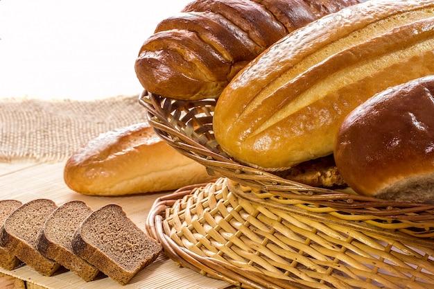 Regeling van brood in mand op houten tafel
